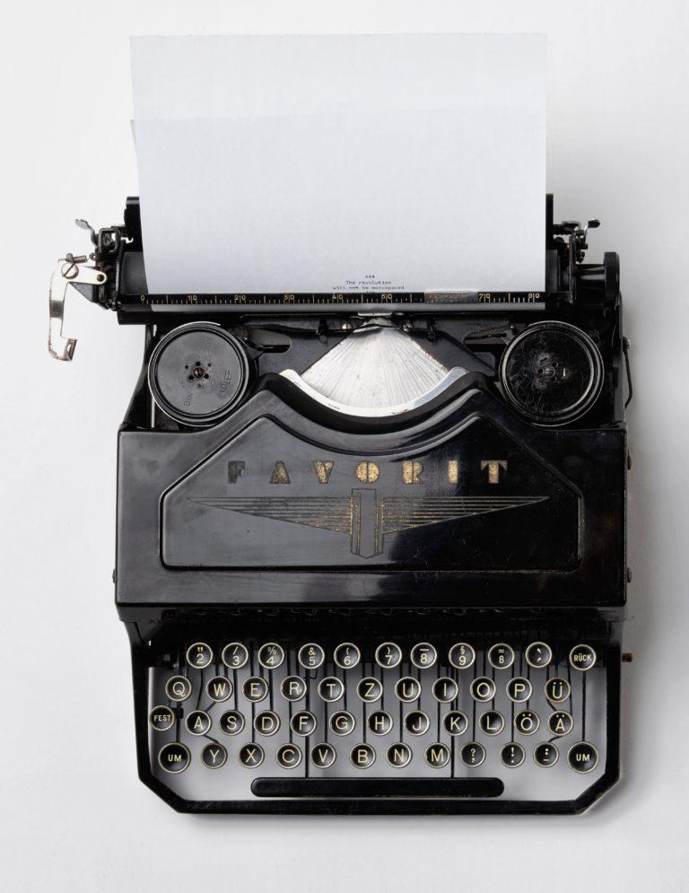 papa-travaille-sur-ordi-papatravaillesurordi-communitymanager-toulouse-freelance-creation-de-site-internet-machine-a-ecrire-oldschool